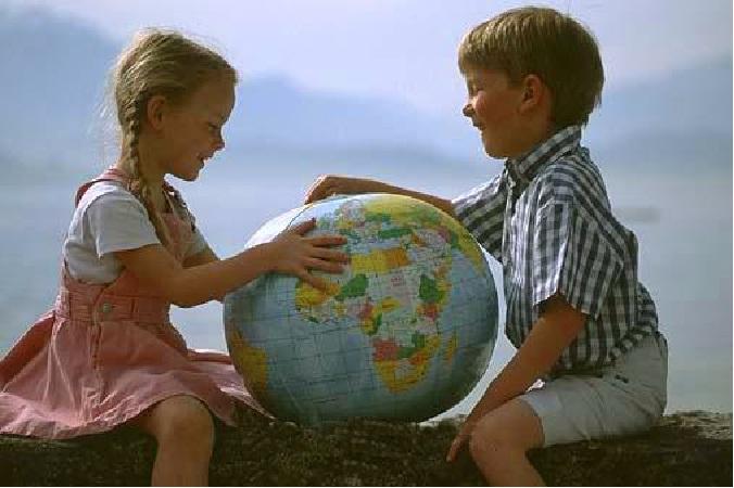 niños con globo terraqueo